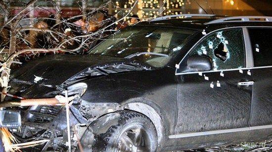 Броня не спасла: В центре столицы расстрелян Porsche Cayenne