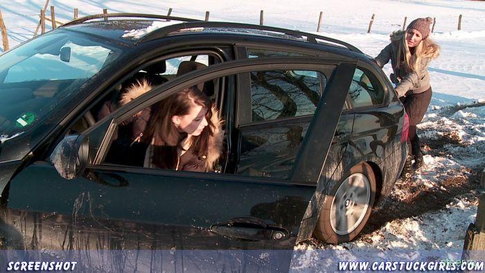 Девушки на зимней дороге (фото)