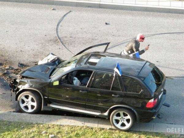 В Таллинне BMW въехал в столб (фото)