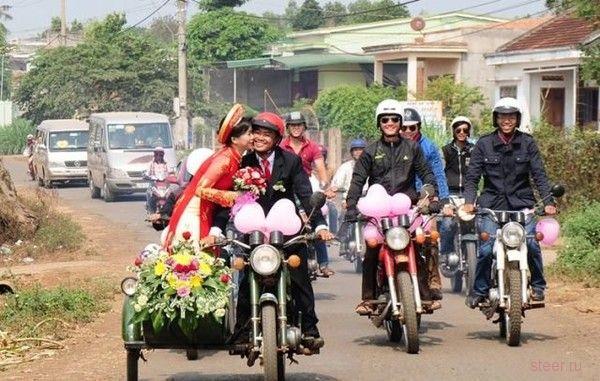 Во Вьетнаме прошла свадьба на 40 мотоциклах «Минск»