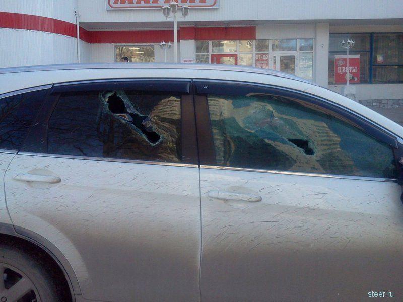 В Екатеринбурге женщине разбили стекла за парковку на тротуаре