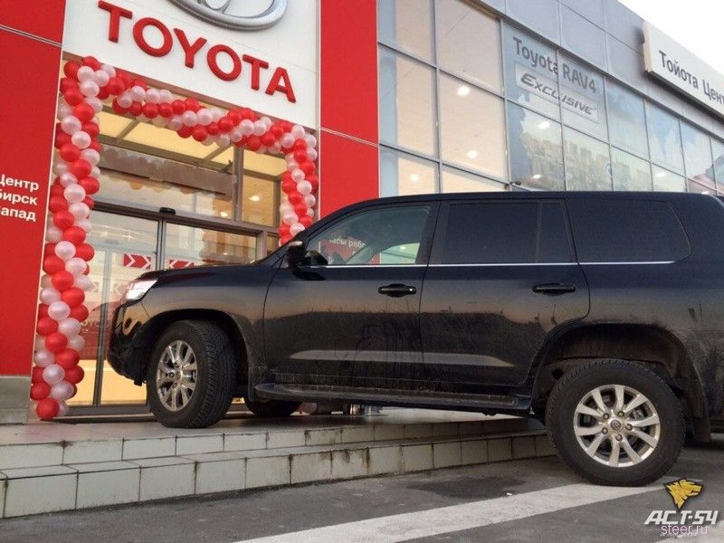 Владелец Ленд Крузера припарковал машину на крыльце автосалона