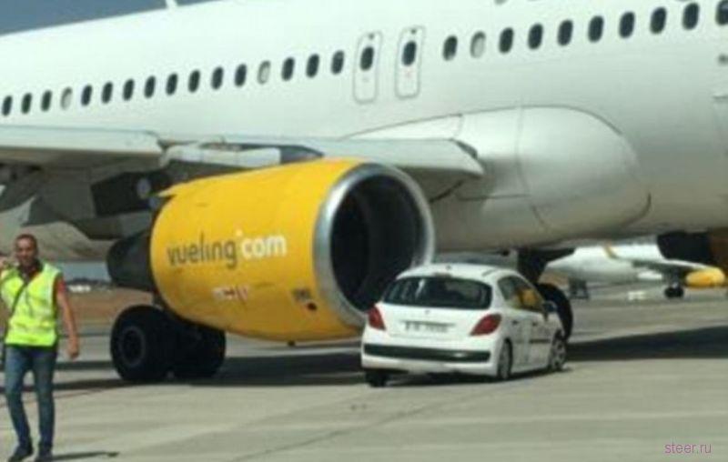 В Испании самолет Airbus A320 столкнулся с «Пежо»