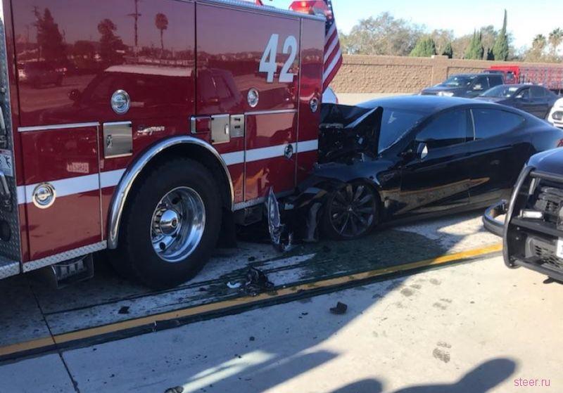 Tesla на автопилоте протаранила пожарную машину