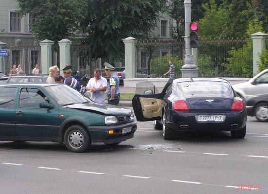 Минск: Блондинка пошла на таран Bentley (фото)