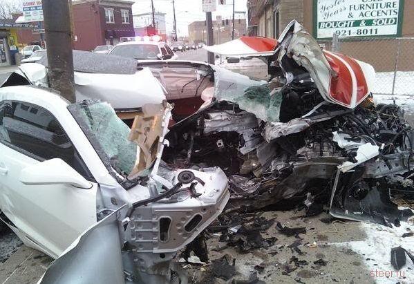 Столб разрезал Chevrolet Camaro (фото)
