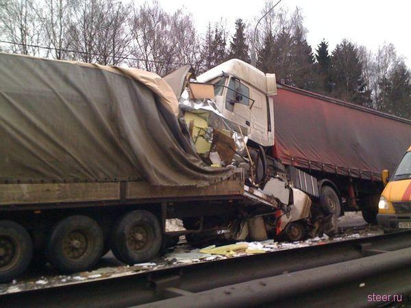 Страшная авария на Ленинградке с участием 3 грузовых фур пяти легковушек (фото и видео)