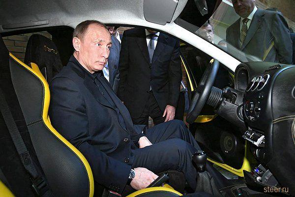 Премьер–министр РФ Владимир Путин осматривает интерьер прототипа новой модели автомобиля в исследовательском центре АвтоВАЗа в Тольятти.