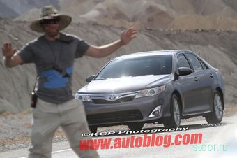 Новая гибридная Toyota Camry сфотографирована без камуфляжа (фото)