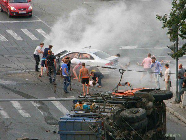 Пермь, 1 августа: Авария с переворотом мусоровоза (фото и видео)