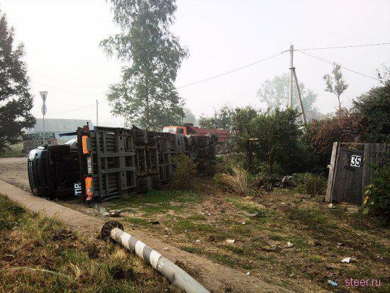На Ленинградском шоссе перевернулся автовоз с пятью Land Rover (фото)