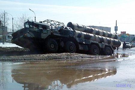 В дорожных ямах и грязи застрял ракетный комплекс С-300 (фото и видео)