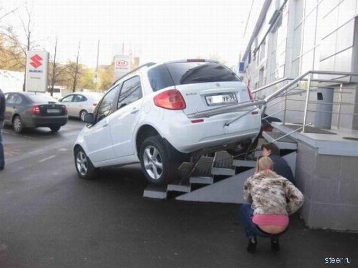 Парковалась блондинка у автосалона (фото)
