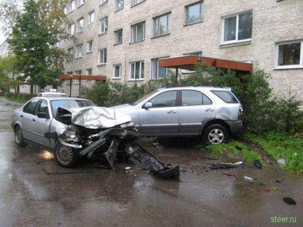 Авария во дворе. BMW vs. KIA (фото)