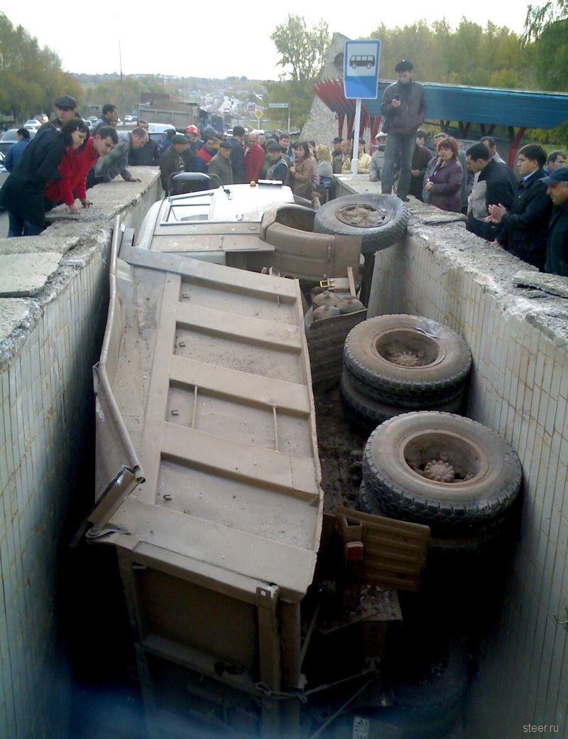 КамАЗ провалился в подземный переход (фото)
