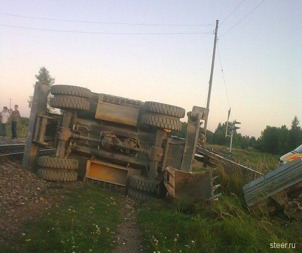 Столкнулись экскаватор и поезд (фото)