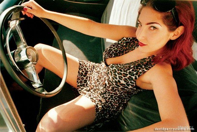 девушки на фоне машин
