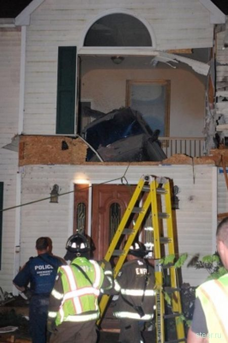 Летающий джип разрушил дом (фото)