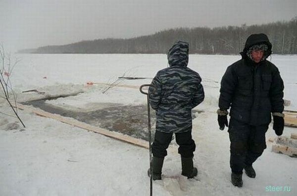 Как доставали затонувший внедорожник (фото)