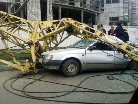на автомобиль упал кран