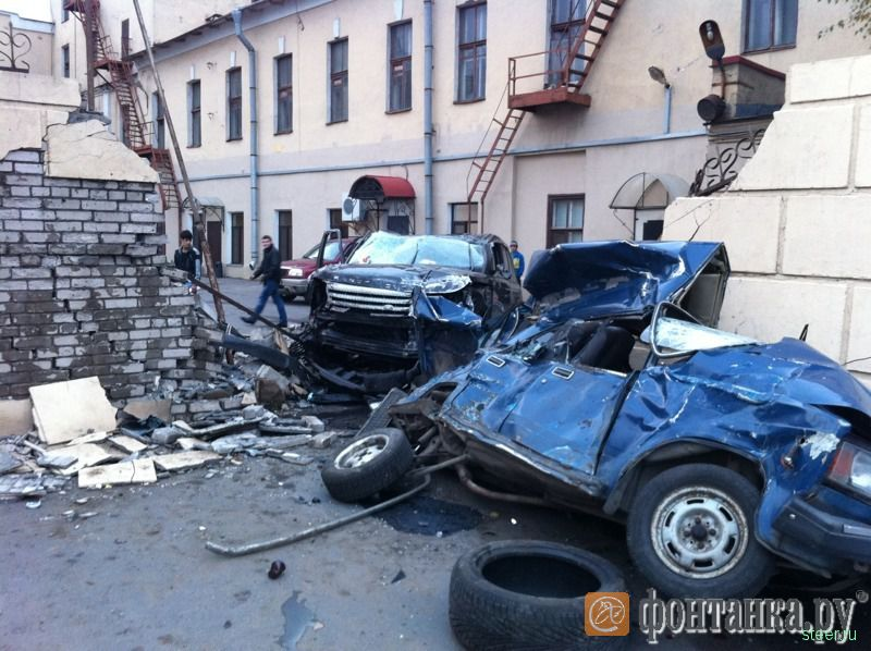 Питер: На Свердловской набережной Рендж Ровер смял жигули и проломил стену (фото)