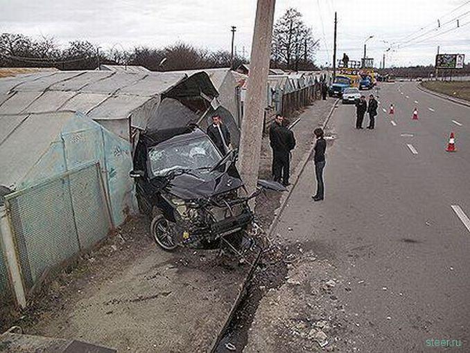 Киев: Мойщик угнал авто клиента и протаранил на нем гараж (фото)