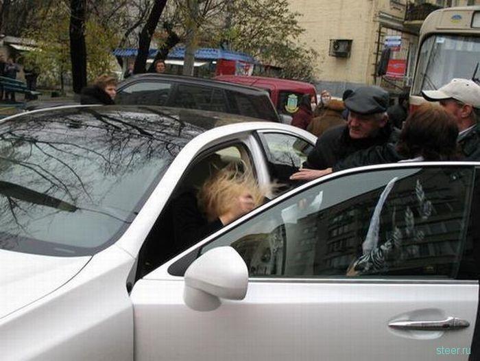 Вечная тема: Блонди-парковщица (фото)