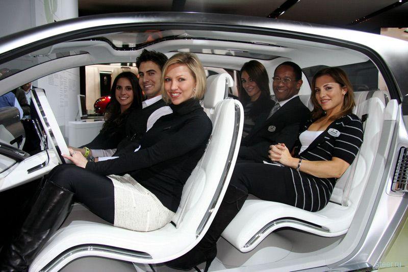 Девушки Детройтского автосалона