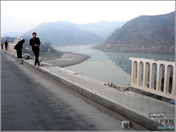 В Китае грузовик рухнул с моста