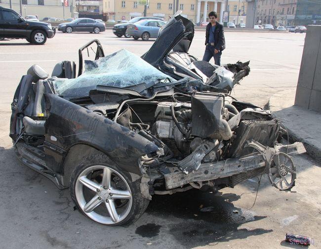 Авария на Садовом: Мерседес встретился со столбом (фото)