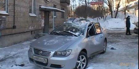 За упавшую льдину на автомобиль ответит собственник квартиры (фото и видео)