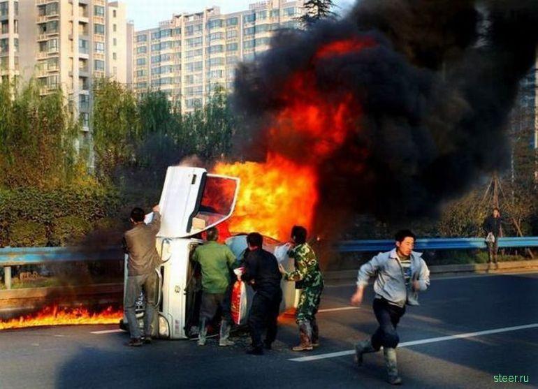 Спасение из пылающего авто (фото)