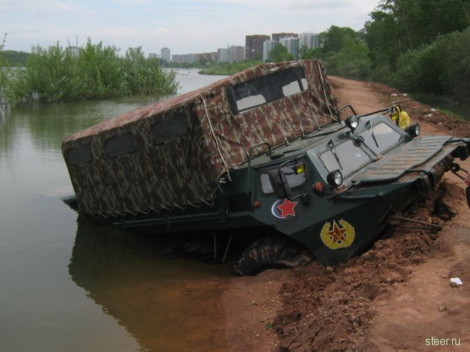 В Красноярске пьяные охранники утопили в реке Енисей бронетранспортер (фото)