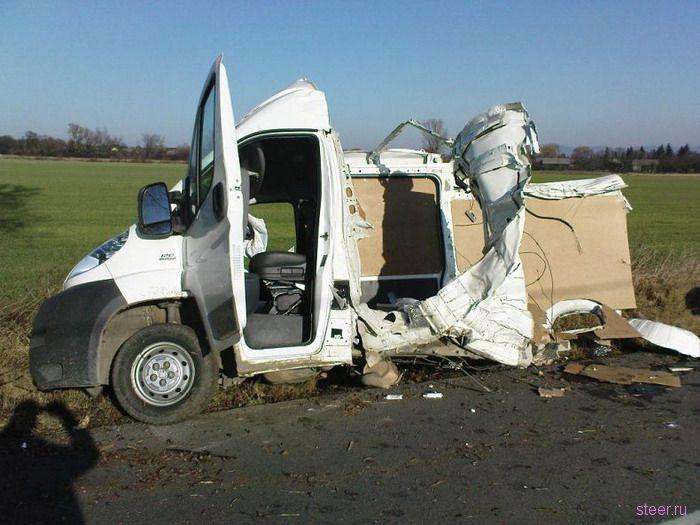 Микроавтобус разорвало