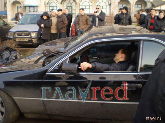 Украина: Пьяный водитель «Мерседеса» насмерть сбил женщину, разбил 3 авто (фото, видео)