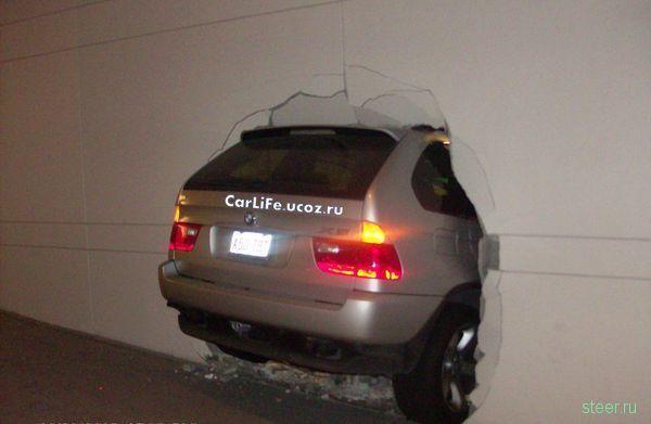 BMW X5 прошибает стены (фото)