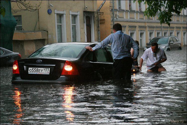 Потоп в Хохловском переулке в Москве (фото)