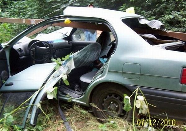 Результат столкновения Тойоты со шлагбаумом (фото)