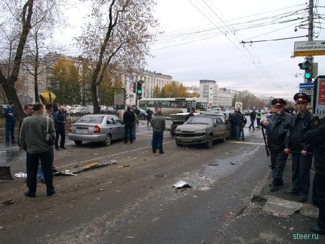 Автобус с сорванными тормозами снес 20 автомашин (фото и видео)