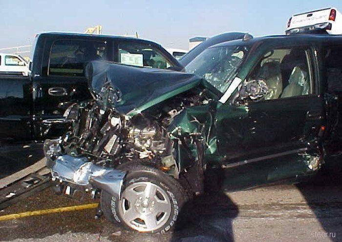 В результате крушения ж/д платформы пострадало свыше 300 автомобилей (фото)