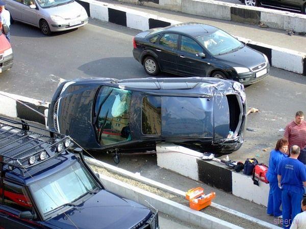 Авария на Ленинградском шоссе : результат объезда открытого канализационного люка (фото)