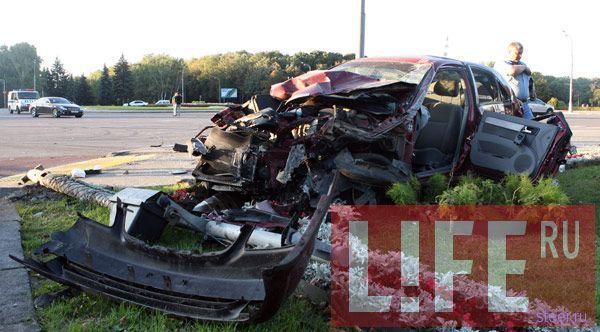 В Москве 19-летний подросток грубо нарушил ПДД и разбил Audi R8 (фото и видео)