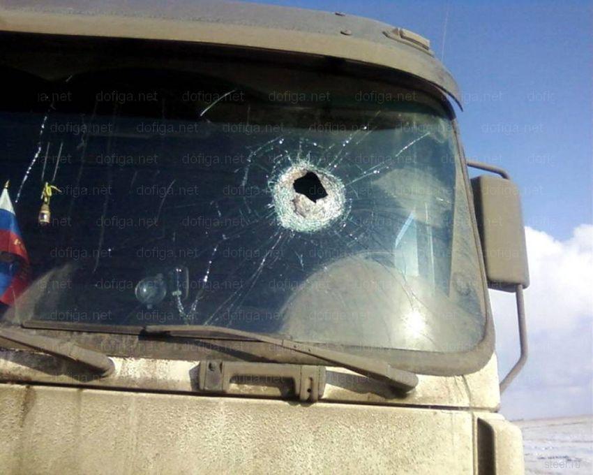 Кирпич пробил лобовое стекло (фото)