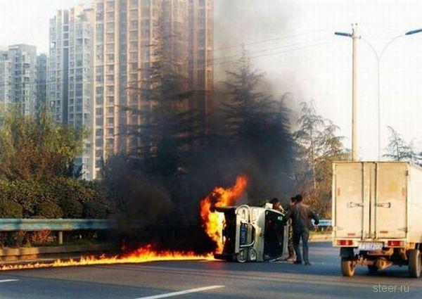 Чудесное спасение из горящего автомобиля (фото)