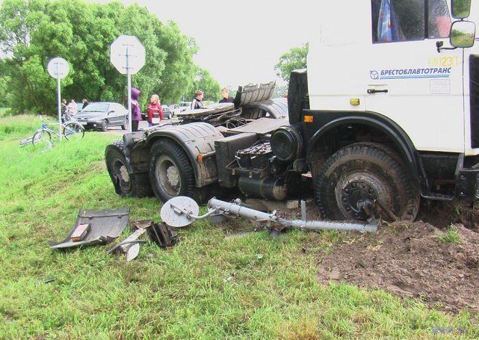 Столкновение электровоза ВЛ80С и груженого щебнем МАЗа (фото)