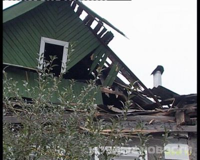 Екатеринбург: Девушка на BMW X5 врезалась в крышу частного дома (фото)