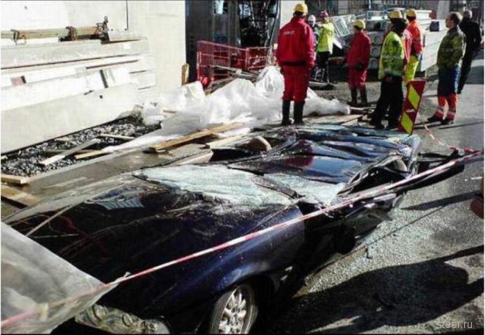 Плита рухнула на BMW (фото)