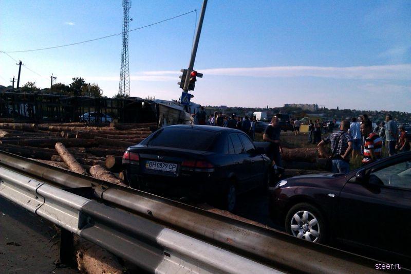 Опрокидывание грузовика с бревнами (фото и видео)