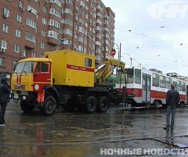 В Екатеринбурге Cadillac, проехавший «под кирпич», застрял между двух трамваев
