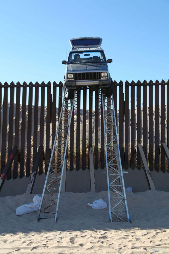 Низкий клиренс Jeep Cherokee не позволил мексиканским контрабандистам пересечь границу с США